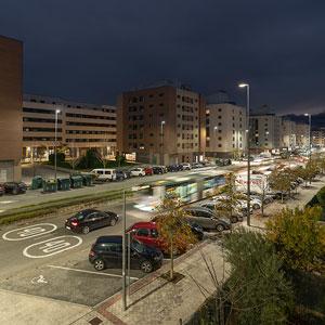 Luminarias de alumbrado exterior LED Aire® serie 7, en una avenida de Sarriguren.
