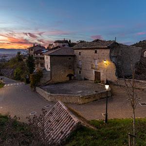 Los faroles clásicos Villa LED encajan a la perfección en el entorno rural de Ardanaz.