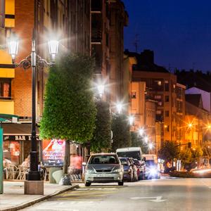 La calle Aureliano San Román resplandece con su renovada iluminación.