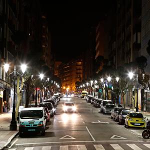 En esta fotografía de calle Cervantes se aprecia la magnífica reproducción cromática que se consigue con las luminarias LED de ATP.